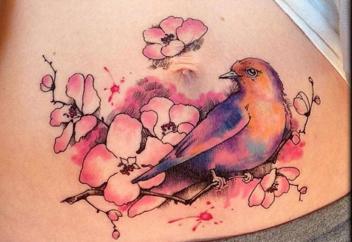 тату цветное птичка и цветы на пояснице