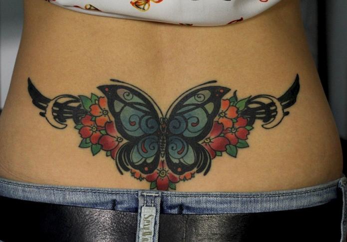 бабочка в цветах с крыльями тату на поясницу