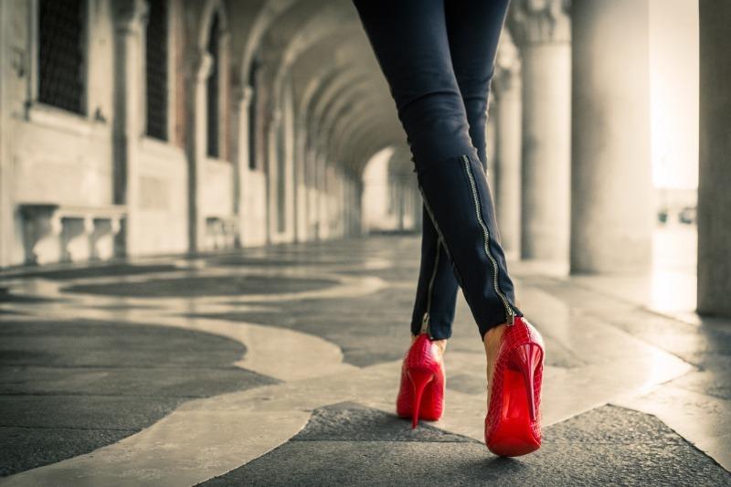 Что опаснее - высокий каблук или обувь на плоской подошве