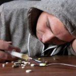 Парень принимает наркотики