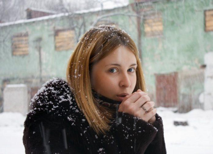 Девушка замерзает на улице