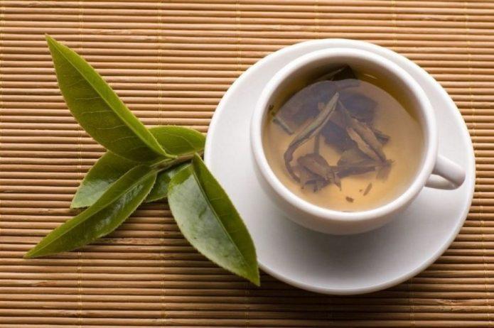 Отвар из брусничного листа в чашке