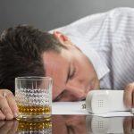 Мужчина уснул за столом, на котором бокал с алкоголем