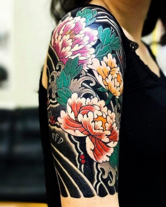 тату полурукав цветы женский на плече