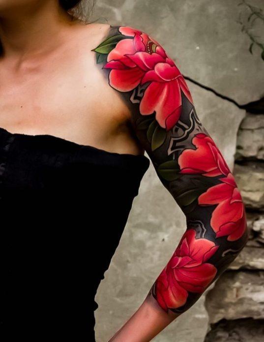 чёрно-красный тату рукав цветы для женщин