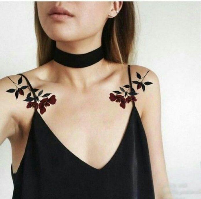 симметричные тату на ключицах, тату цветы на девушке