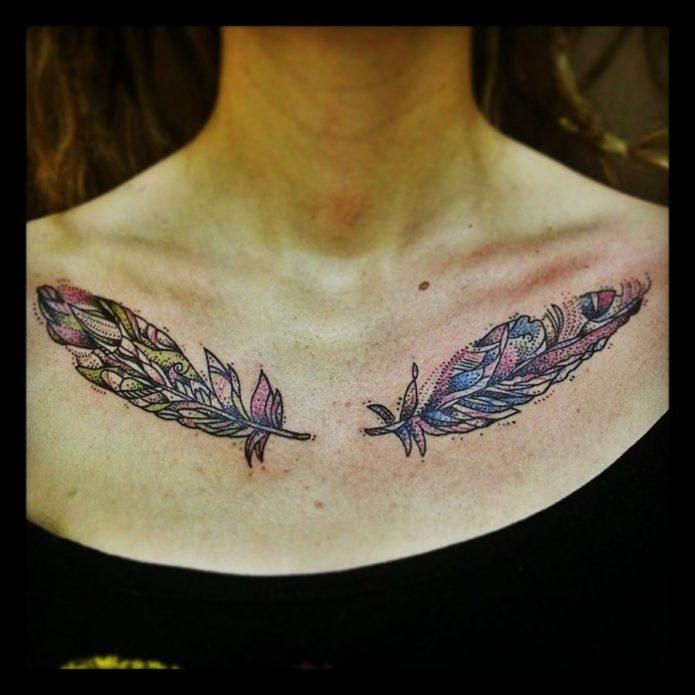 парная татуировка на ключицы перья, тату перо