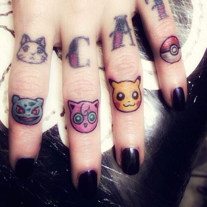 яркие тату на пальцах руки покемоны