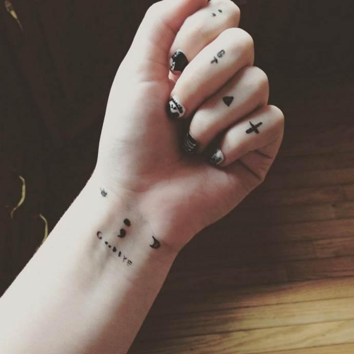 тату на пальцах рук минимализм чб