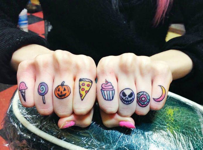 яркие татушки на пальцах рук