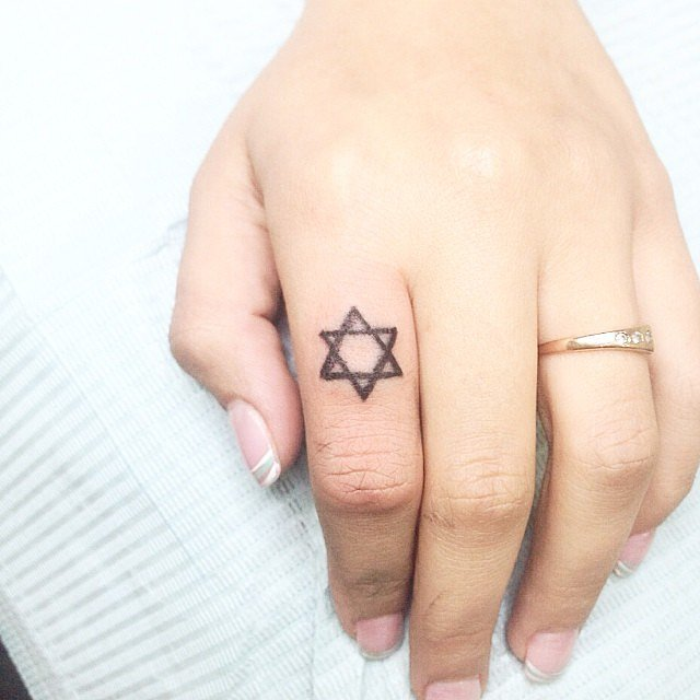 мин-тату на пальце звезда давида