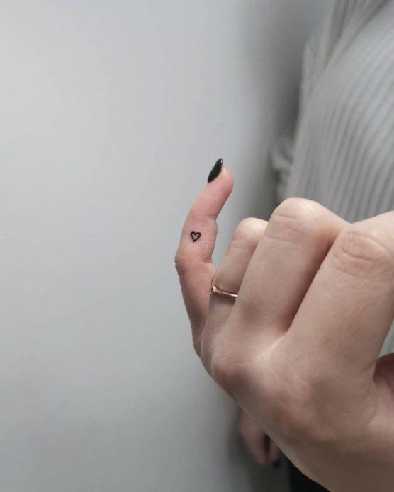 микро-тату чб на мизинце сердце