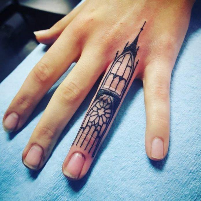 крутая татуировка на безымянном пальце