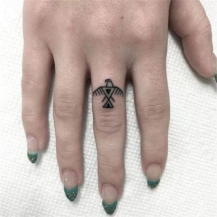 тату мини геометрия птица на среднем пальце руки