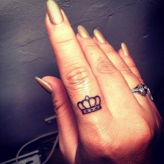тату корона на указательном пальце