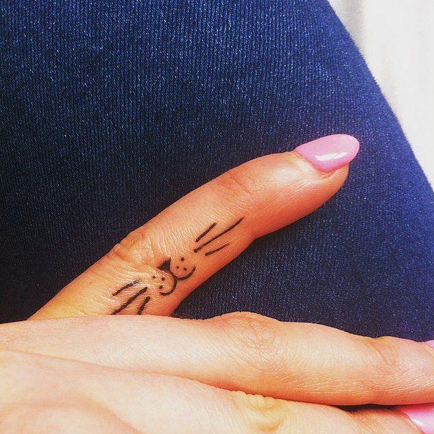 милая простая татушка на пальце для девушек