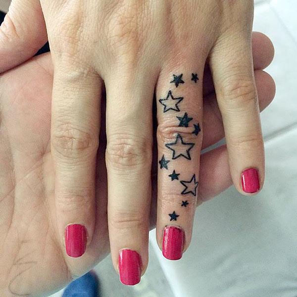 тату звезды чб на пальце руки
