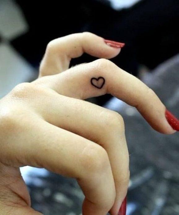 мини-тату сердечко на пальце