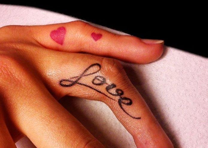 тату на пальцах сердечки и надпись