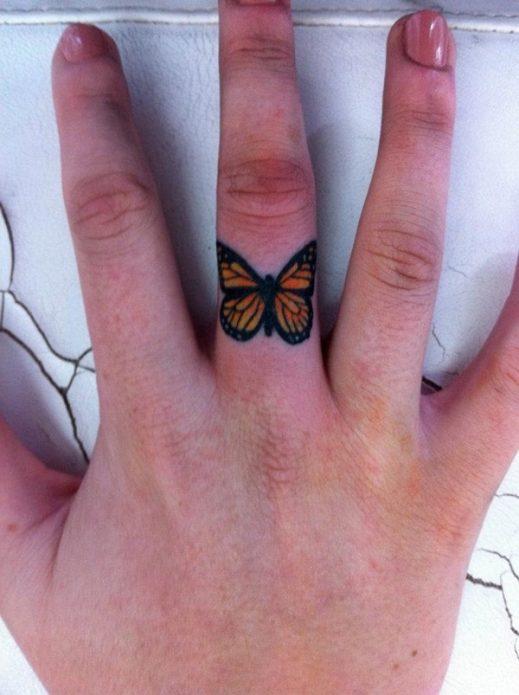 тату бабочка на пальце, цветная бабочка на среднем пальце тату