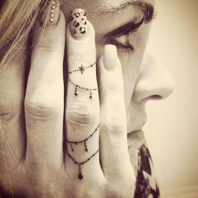узор на безымянном пальце тату