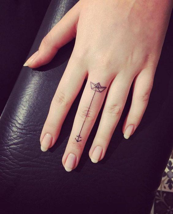 тату нежное минимализм на среднем пальце руки