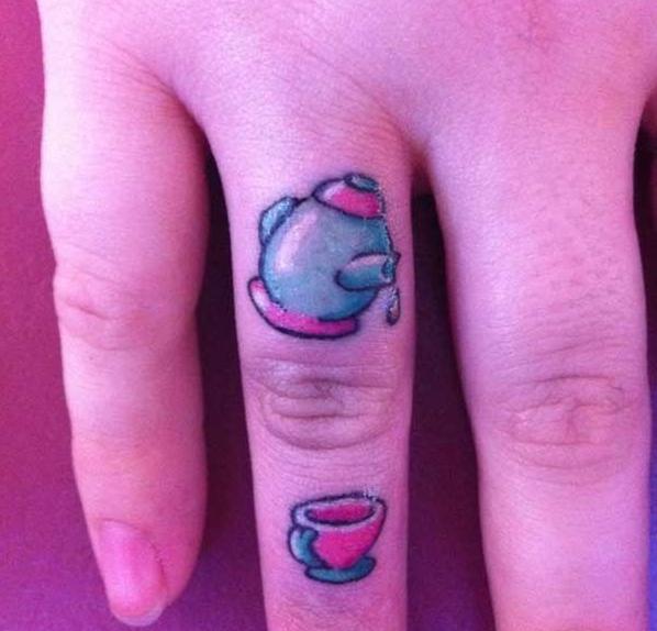 тату цветное на пальце чайник и чашка
