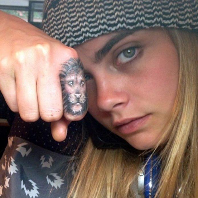Татуировка на пальце Кары Делевинь