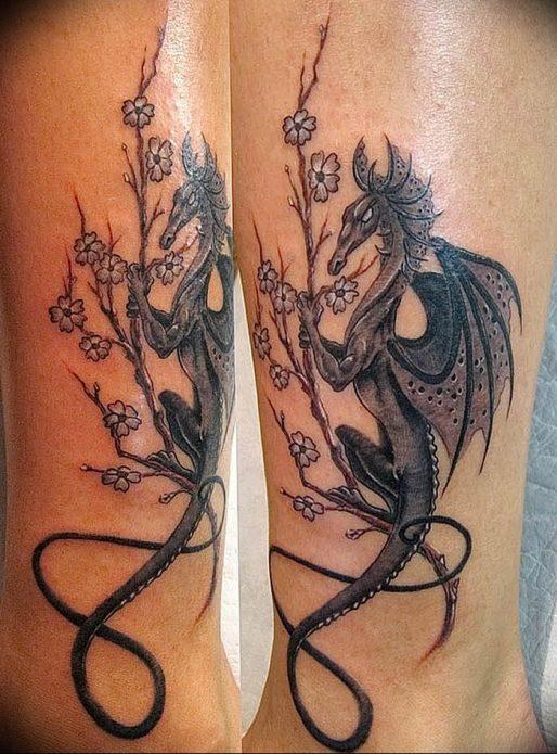 монохромная тату дракон на ноге
