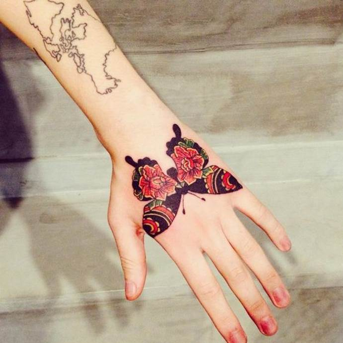 тату на кисти руки бабочка