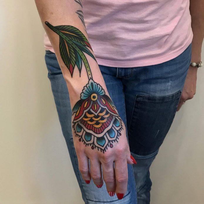 большая тату цветок на кисть руки