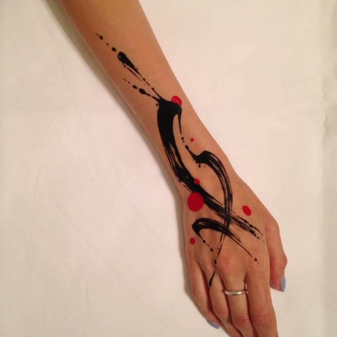 акварельная татуировка абстракция на руке и кисти для женщин