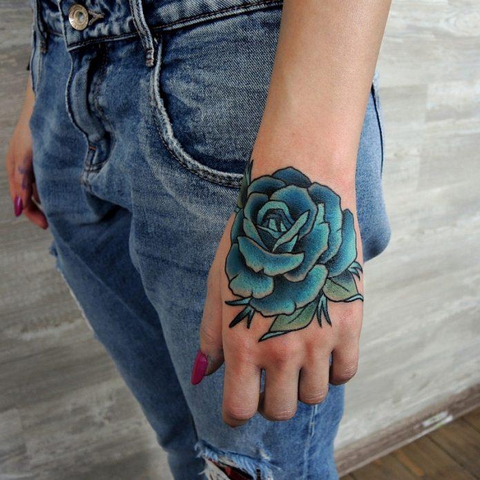 тату голубая роза на кисти у девушек
