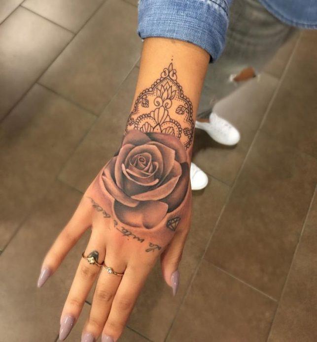 нежная татуировка роза на женскую кисть руки
