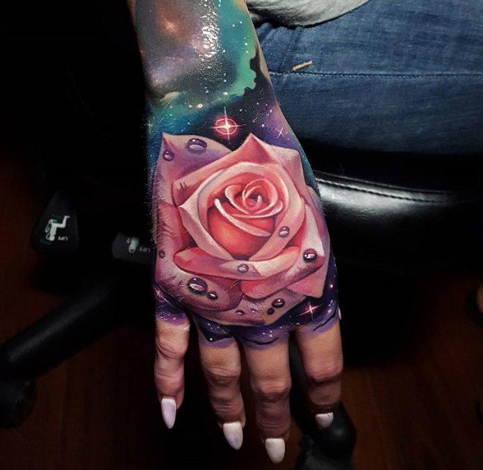 крутая тату роза и космос на кисть руки