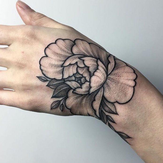 татуировка пион чб на кисти для девушек