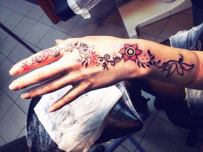 тату цветочный узор на кисть руки, тату цветы на руку