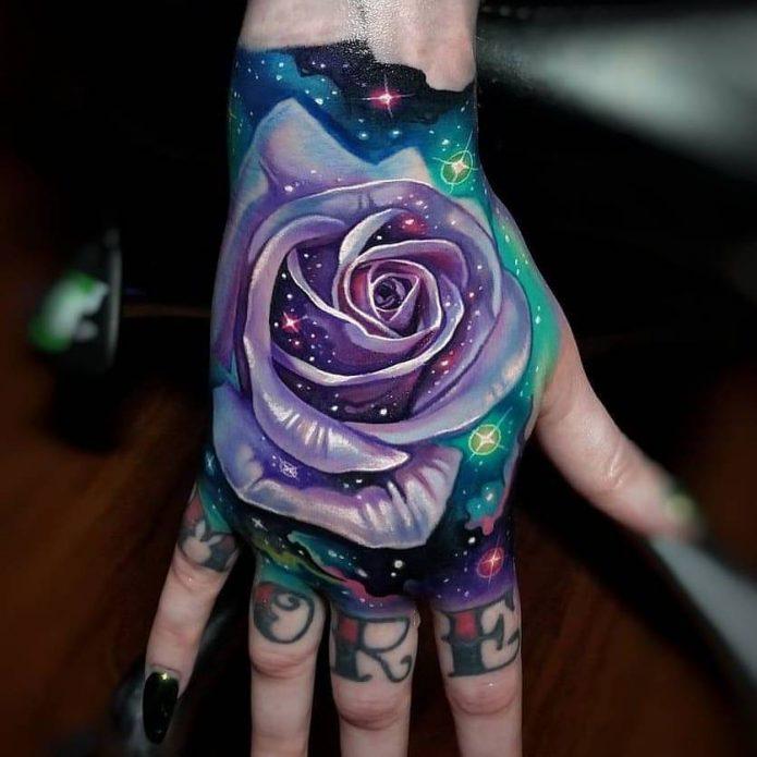 крутая тату космическая роза на кисть руки