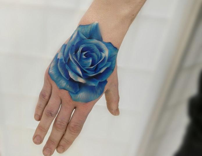 татуировка синяя роза на кисти для женщина