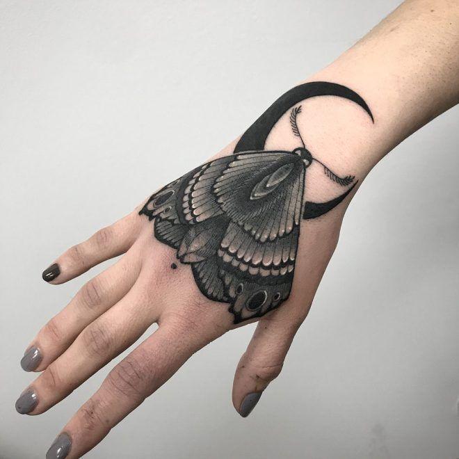 чёрный мотылёк татуировка на кисти у девушек
