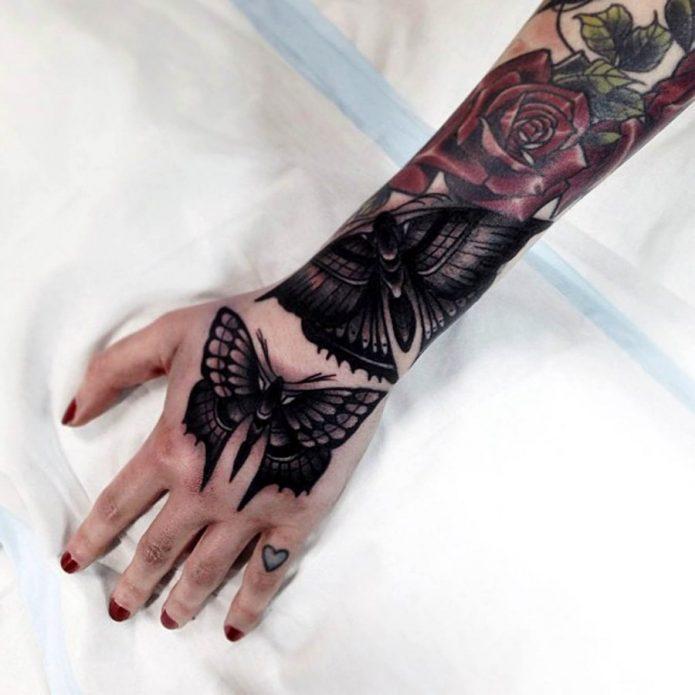 Татуировка бабочка на кисти руки