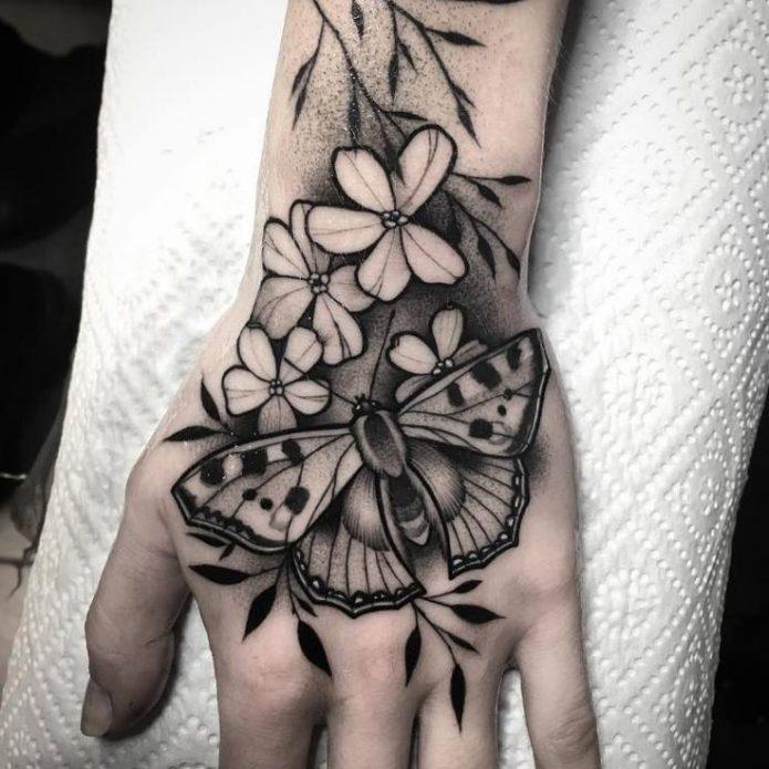 красивая чб тату бабочка и цвета на руке и кисти