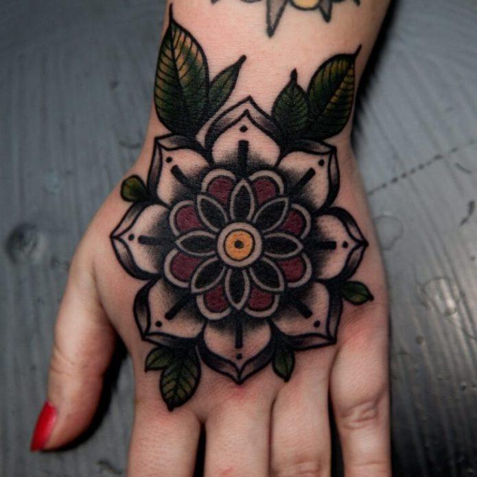 большая татуировка на кисть руки мандала