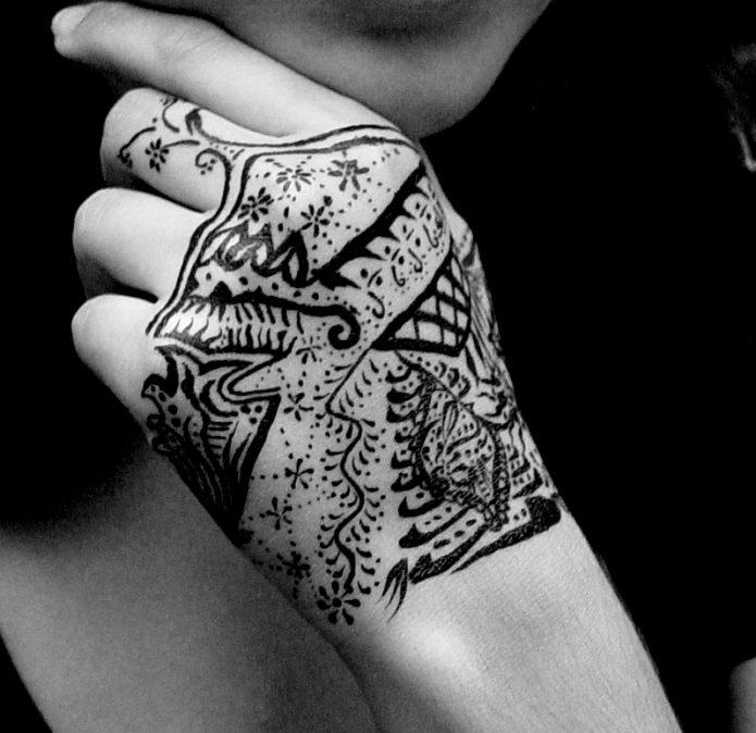чёрный орнамент татуировка на кисть руки