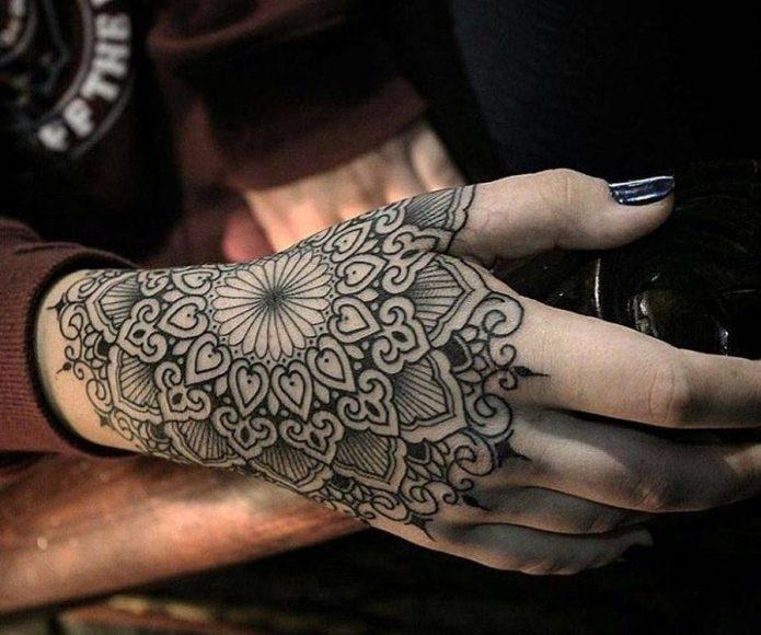 чёрно-белый узор на всю руку для девушек