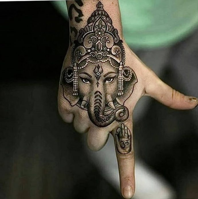 тату слон на кисть руки и указательный палец