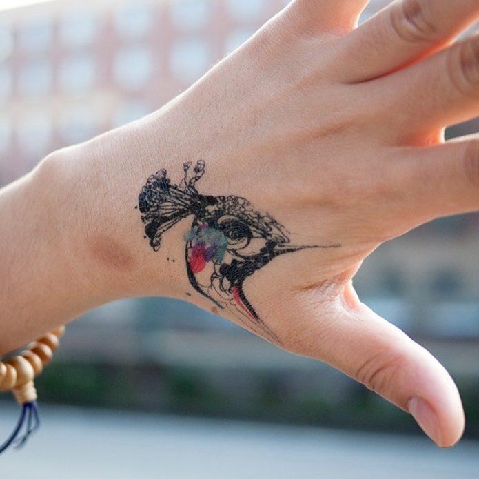 небольшая татуировка павлин на кисть руки