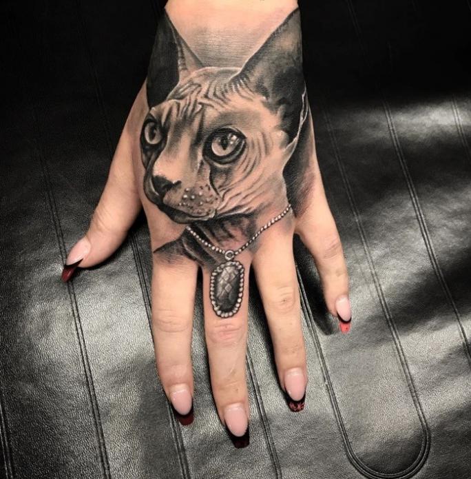 тату реализм египетская кошка на кисть руки