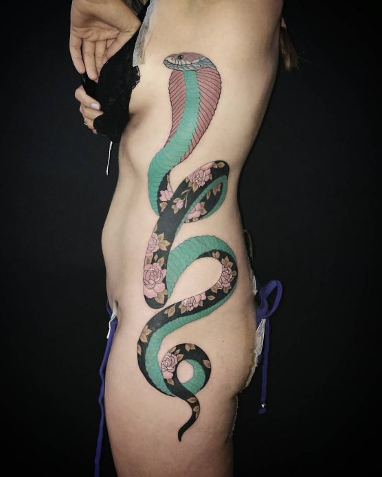 татуировка кобра на боку у девушек