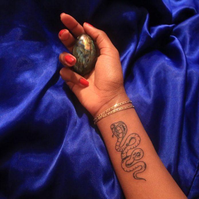 мини тату королевская кобра на руке